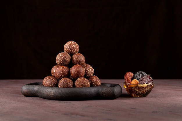 Surowe wegańskie słodycze, kulki energetyczne z suszonych owoców i orzechów z miodem