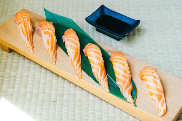 Surowe ze świeżym łososiowym mięsem rybnym sushi