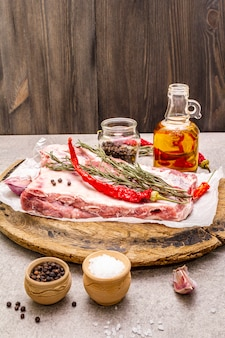 Surowe żeberka wieprzowe z rozmarynem, chili, czosnkiem, solą i oliwą z oliwek