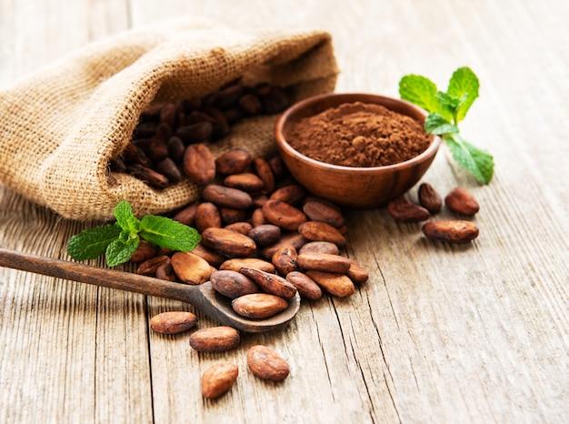 Surowe ziarna kakaowe i proszek kakaowy