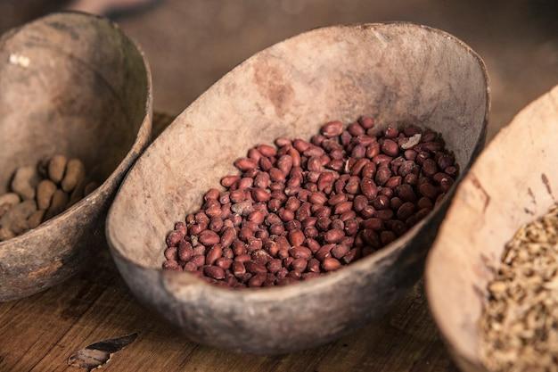 Surowe ziarna kakaowe w filiżance gotowe do przygotowania czekolady