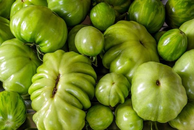 Surowe zielone pomidory różnej wielkości