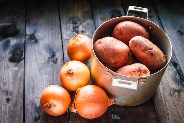 Surowe ziemniaki i cebula