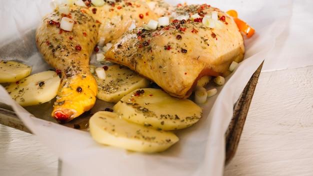 Surowe ziemniaki i udka z kurczaka