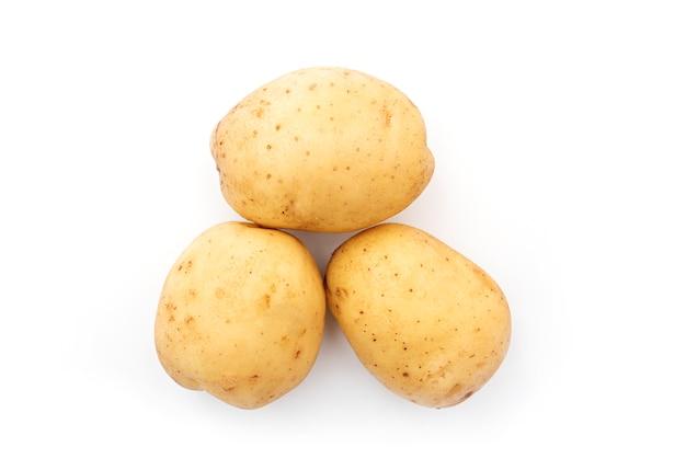 Surowe ziemniaki na białym tle