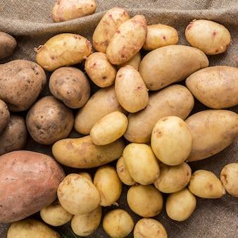 Surowe ziemniaki na stole