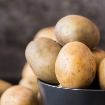 Surowe ziemniaki w misce z bliska