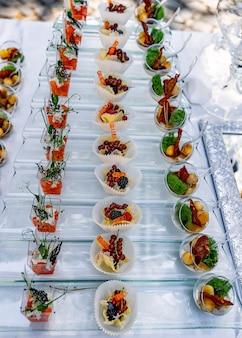 Surowe zimne przekąski na stole. catering i przekąski. luksusowe jedzenie na stole imprezowym.