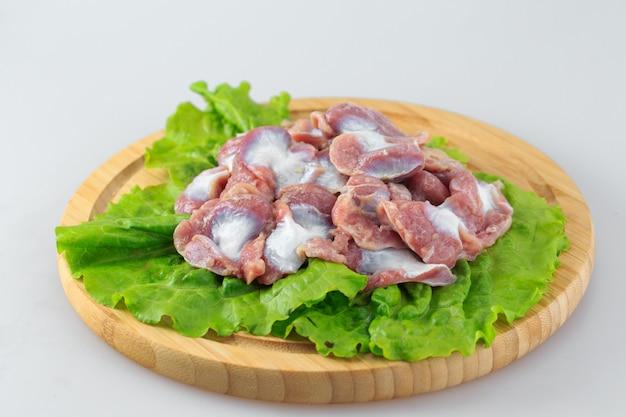 Surowe żołądki z kurczaka na białym tle