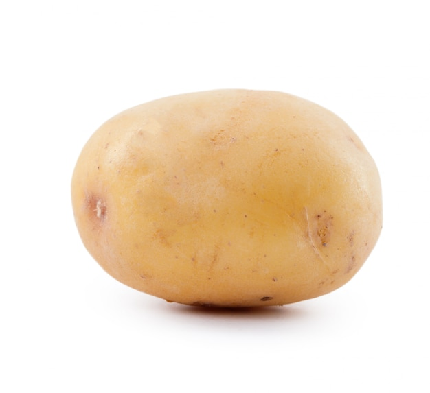 Surowe żółte ziemniaki na białym tle