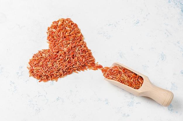 Surowi czerwoni ryż w pucharze