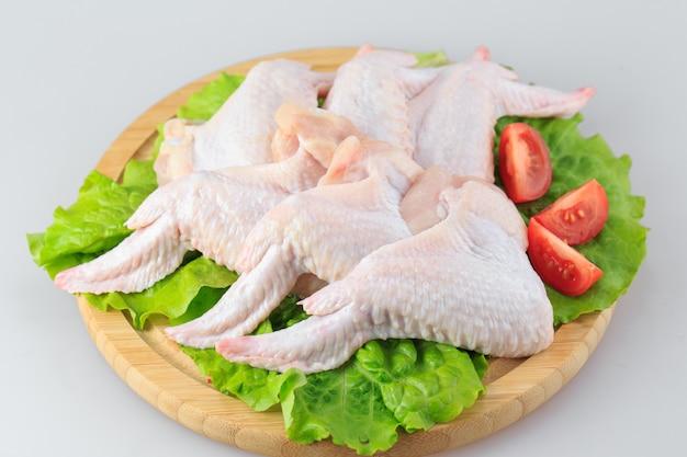 Surowi kurczaków skrzydła na bielu