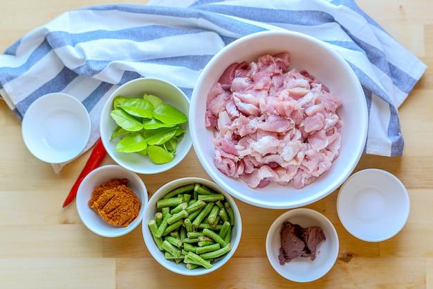 Surowiec do smażonej wieprzowiny z pastą curry i fasolą szparagową.