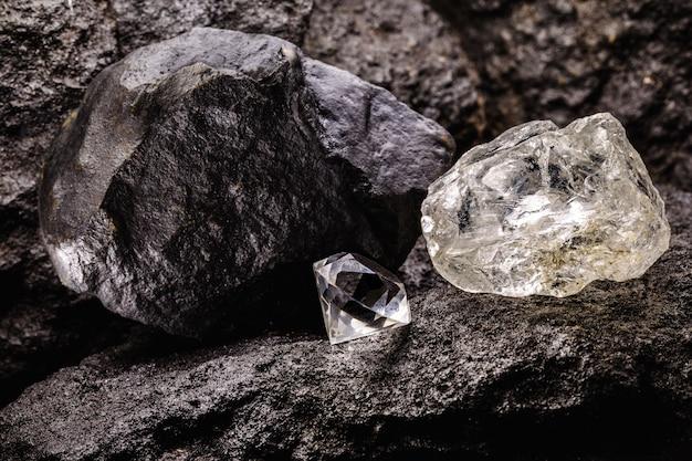 Surowiec obok diamentu oszlifowanego, w kopalni węgla, koncepcja wydobycia i wydobycia minerałów