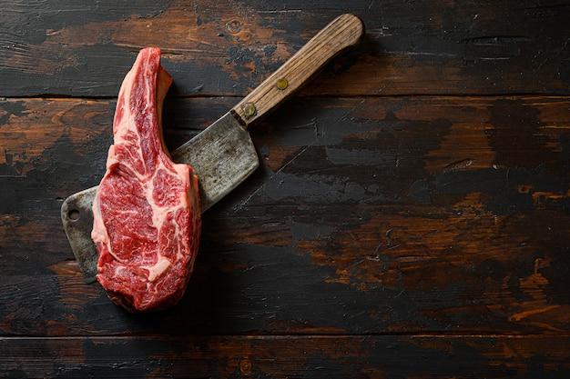 Surowy antrykot na tasak do mięsa