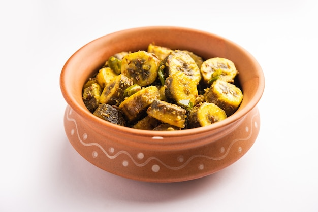 Surowy banan sabzi lub kacchey kele ki sabji popularne w nadmorskich stanach indii, takich jak kerla, goa i maharasztra