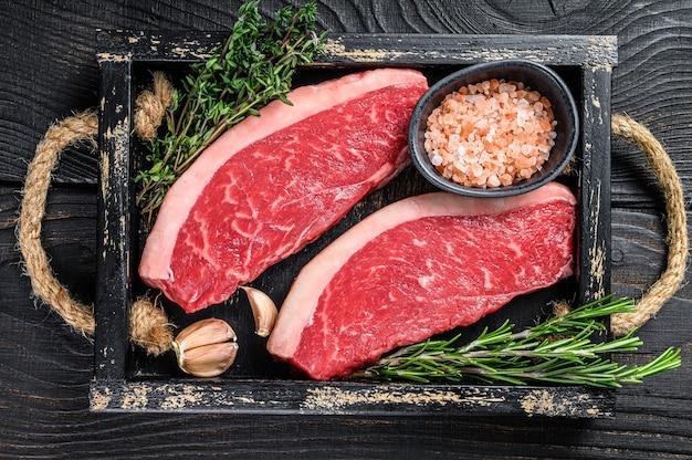 Surowy Brazylijski Stek Picanha Lub Stek Z Polędwicy Wołowej Na Drewnianej Tacy Premium Zdjęcia