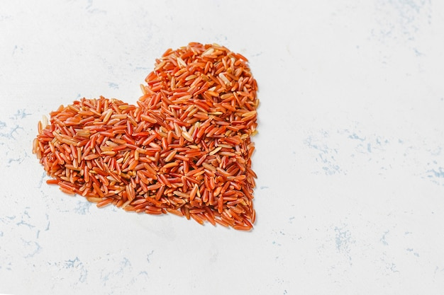 Surowy czerwony ryż