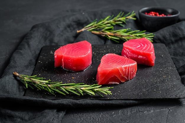 Surowy czerwony stek z tuńczyka. widok z góry