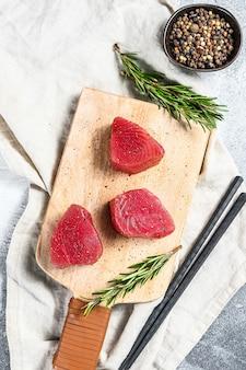 Surowy czerwony stek z tuńczyka