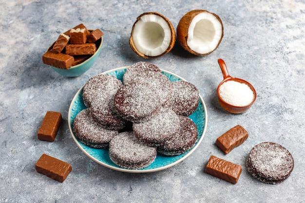 Surowy domowej roboty wegański deser kokosowo-czekoladowy. koncepcja zdrowego wegańskiego jedzenia.