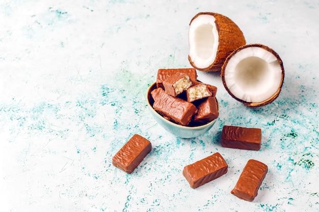 Surowy domowej roboty wegański deser kokosowo-czekoladowy. koncepcja zdrowej żywności wegańskiej.