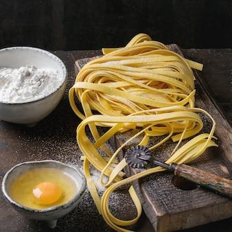 Surowy domowy makaron tagliatelle