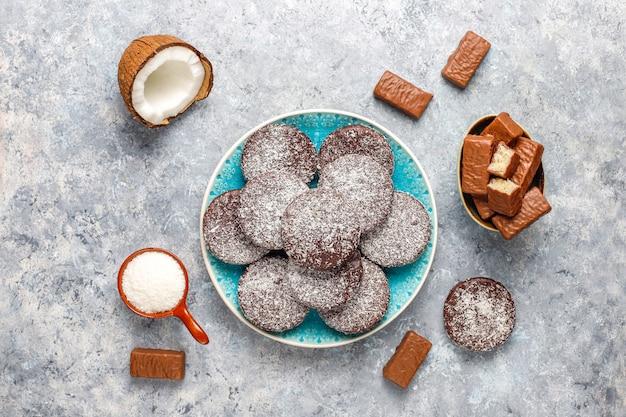 Surowy domowy wegański deser czekoladowo-kokosowy