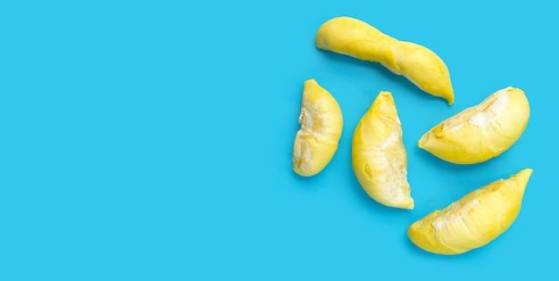 Surowy durian na niebieskim tle.