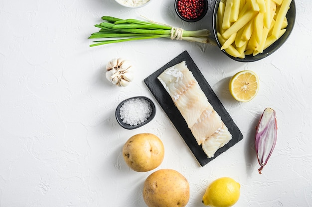 Surowy filet z dorsza i inne składniki organiczne przepis ziemniaki z rybą i frytkami