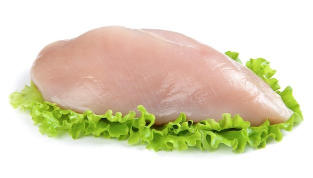 Surowy filet z kurczaka na białym tle