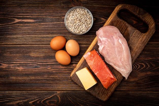 Surowy filet z kurczaka, ryba, ser, jajka i nasiona słonecznika