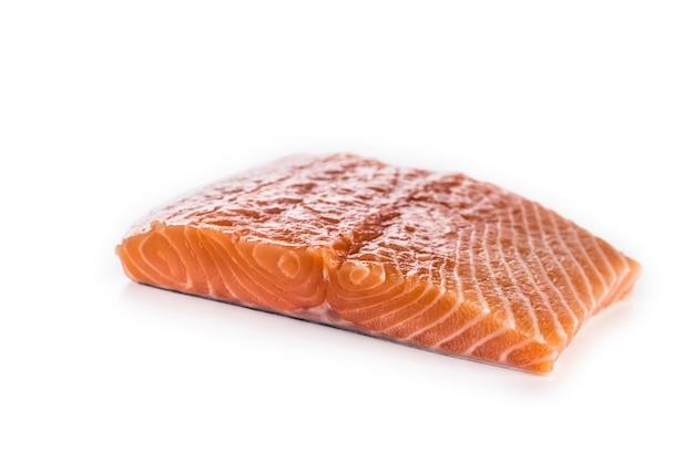 Surowy filet z łososia na białym tle.