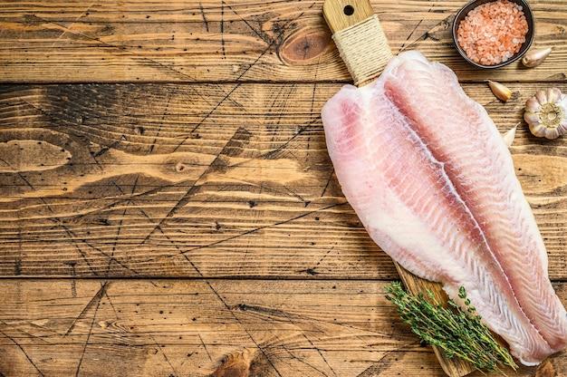 Surowy filet z suma białej ryby.