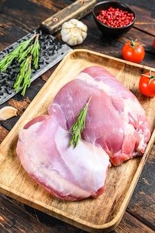 Surowy filet z udka indyka hodowlanego.