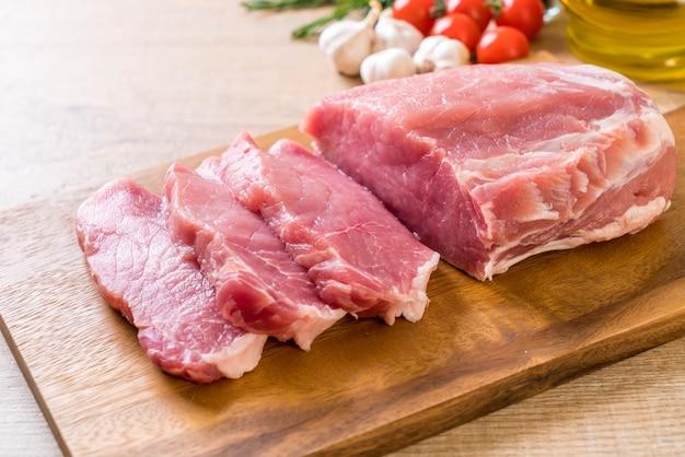 Surowy filet ze świeżej wieprzowiny