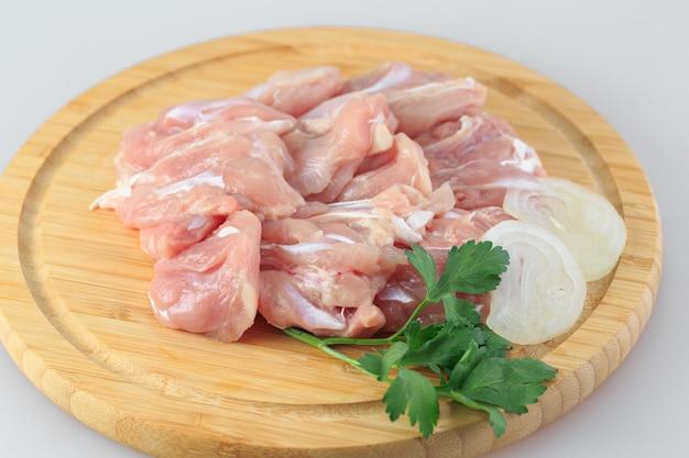 Surowy gulasz z kurczaka na białym tle
