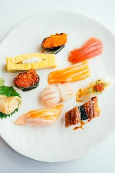 Surowy i świeży nigiri suszi ustawiający w bielu talerzu