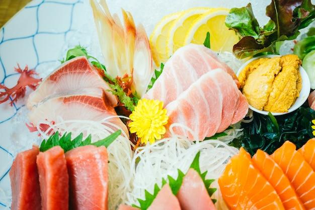 Surowy i świeży rybi sashimi mięso