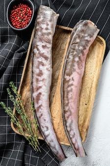 Surowy klip króla, ryba congrio ze składnikami do gotowania