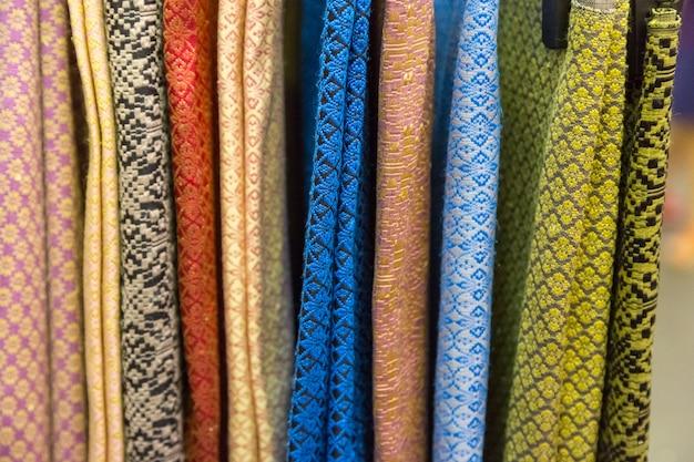 Surowy kolorowy tajlandzki jedwab handcraft starego rocznika drzejącego od naturalnego materiału tekstury backgroun