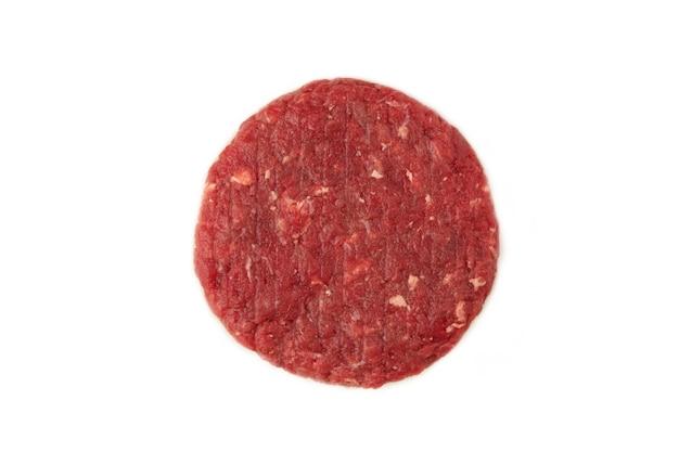 Surowy kotlet do hamburgera na białym tle. widok z góry