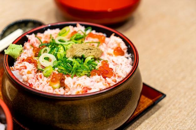 Surowy krab na parze z ryżem. japońskie donburi