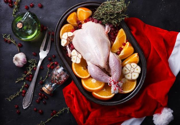 Surowy kurczak z pomarańczami i żurawiną na boże narodzenie