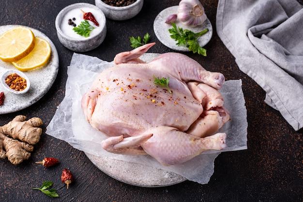 Surowy kurczak z ziołami i przyprawami