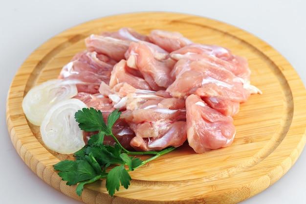 Surowy kurczaka gulasz na białym tle