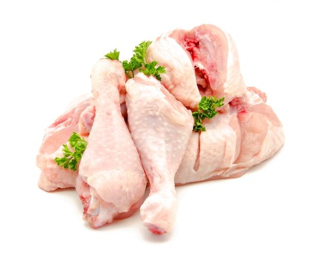 Surowy kurczaka mięso na białym tle