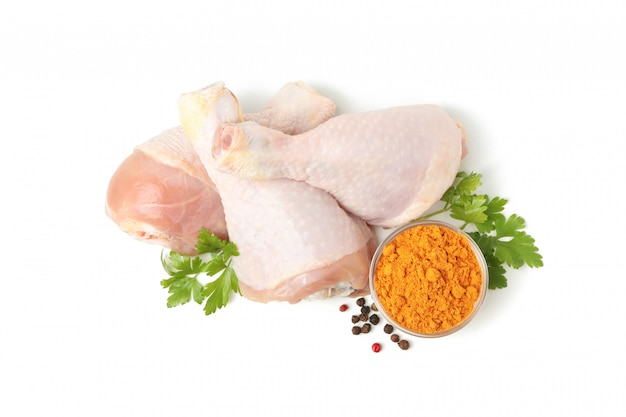 Surowy kurczaka mięso, pikantność odizolowywający na biel przestrzeni i