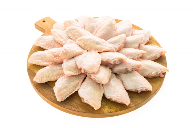 Surowy kurczaka mięso, skrzydło na drewnianej tnącej desce i talerzu lub