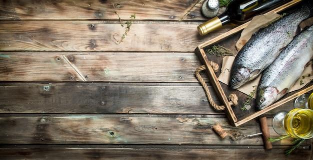 Surowy łosoś rybny z białym winem i tymiankiem na rustykalnym stole